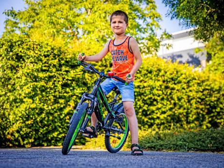 Achtjarige Felipe raakt gewond nadat hij moet wegduiken voor een racende wielrenner: 'We willen sorry horen'