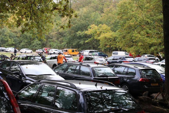 Volle parkeerterreinen bij de bossen, afgelopen jaar.