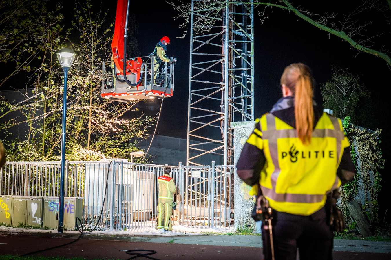 De brandweer en politie zijn present bij een zendmast na een brandstichting in het Brabantse Nuenen. Ook al is er geen enkel wetenschappelijk bewijs voor een link tussen 5g en corona, toch zijn er complotdenkers die dat vermoeden.