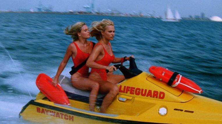 Nicole Eggert als Summer Quinn en Pamela Anderson als C.J. Parker in een scene van