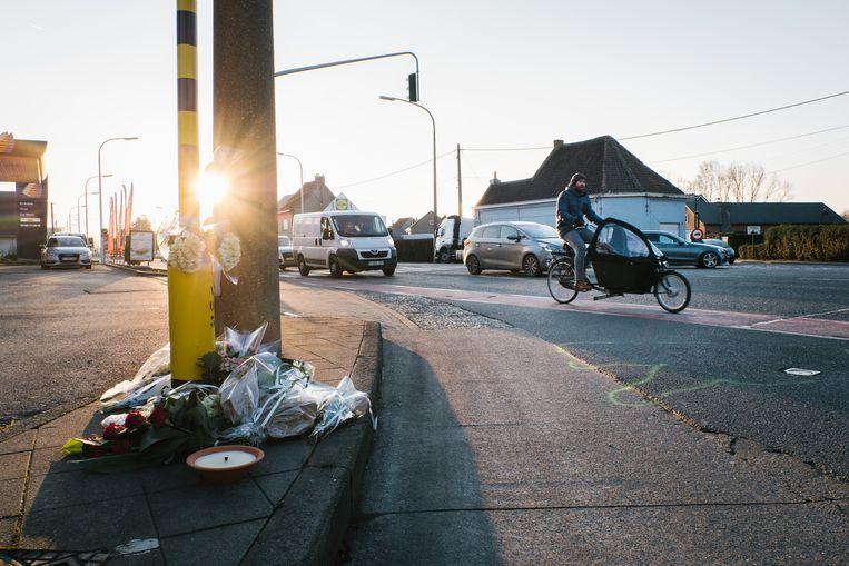 Bloemen aan het kruispunt in Oostakker waar begin dit jaar een fietser omkwam. Het aantal doden in deze groep weggebruikers steeg met liefst 40 procent.  Beeld Wouter Van Vooren