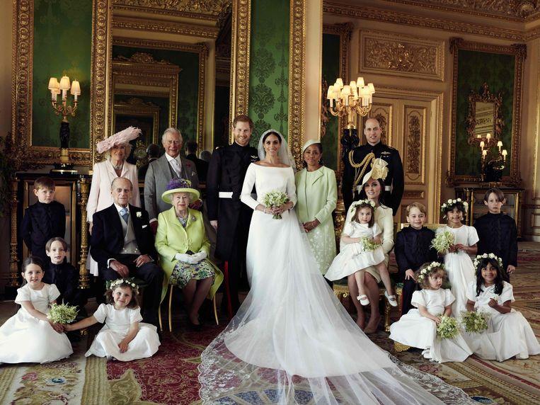 In het midden: prins Harry, hertog van Sussex en zijn kersverse echtgenote Meghan, hertogin van Sussex poseren voor een officiële trouwfoto met (van links naar rechts op de achterste rij): Master Jasper Dyer,  Camilla (hertogin van Cornwall), prins Charles (Prince of Wales), Doria Ragland (Meghan's moeder), prins William (hertog van Cambridge).  (Onderste rij van links naar rechts): Master Brian Mulroney, prins Philip (hertog van Edinburgh), koningin Elizabeth II, Catherine (hertogin van Cambridge), prinses Charlotte of Cambridge, prins George van Cambridge, Miss Rylan Litt, Master John Mulroney en (eerste rij van links naar rechts) Miss Ivy Mulroney, Miss Florence van Cutsem, Miss Zalie Warren en Miss Remi Litt. De foto werd genomen in de Green Drawing Room in Windsor Castle op 19 mei 2018.
