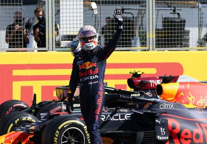 Max Verstappen heeft zojuist de allereerste sprintrace uit de F1-geschiedenis gewonnen.