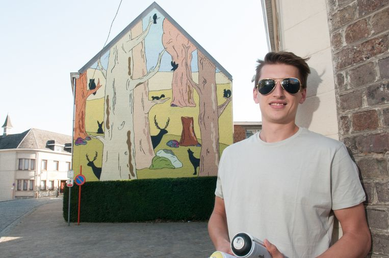 Milosz De Dijn bij zijn muurschildering.
