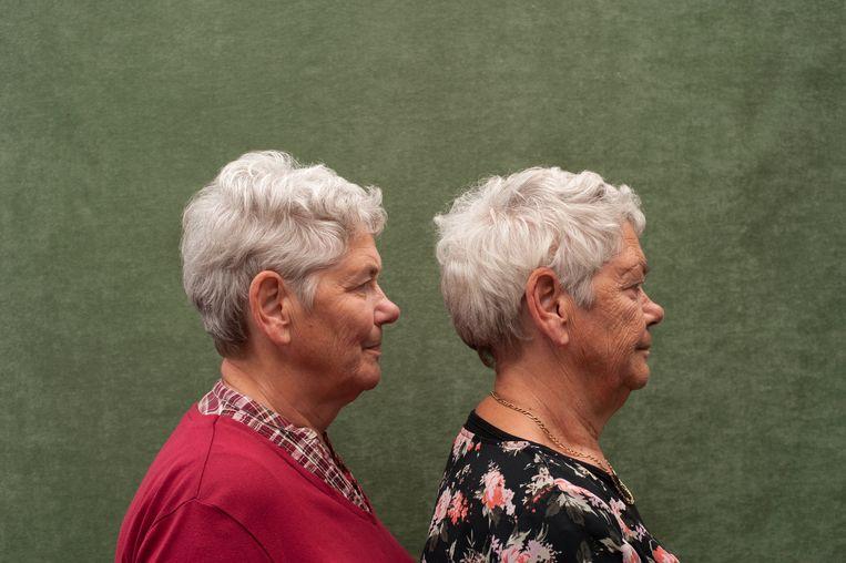 Anneke Koster de Vries (rechts) en Mieke de Vries zijn een eeneiige tweeling van 68 uit Nederland. Mieke heeft nooit gerookt. Anneke rookt sinds haar 19de tot aan de dag van vandaag zo'n twintig sigaretten per dag en dat is te zien in haar gezicht. Beeld Monique Eller