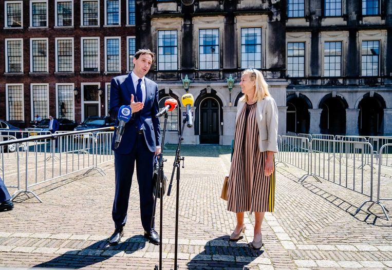 Fractieleiders Wopke Hoekstra (CDA) en Sigrid Kaag (D66) staan dinsdag na afloop van een gesprek met informateur Mariëtte Hamer de pers te woord. Beeld ANP