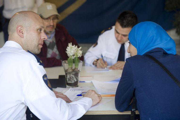 Bij een politiebureau in Amsterdam wordt aangifte gedaan tegen Geert Wilders. Zij die dit doen voelen zich gediscrimineerd door de uitspraken van de PVV-leider bij de afgelopen gemeenteraadsverkiezingen. Beeld anp
