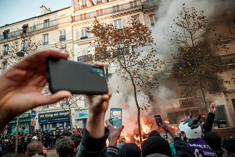Demonstranten tegenover de politie nabij het Place de la Bastille. Beeld EPA