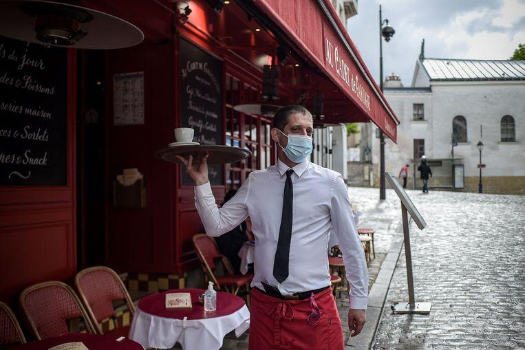 De terrassen waren al open in Frankrijk, maar vanaf vandaag mogen ook de restaurants en bars weer gasten ontvangen.  Beeld AFP