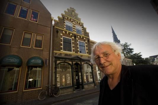 Makelaar Wim van Zwol voor zijn pand aan de Kapellestraat