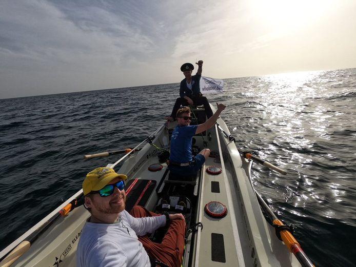 Jelle Veyt is samen met Koen De Gezelle en Gijs Vanden Bogaerde de roeireis over de Atlantische Oceaan gestart.
