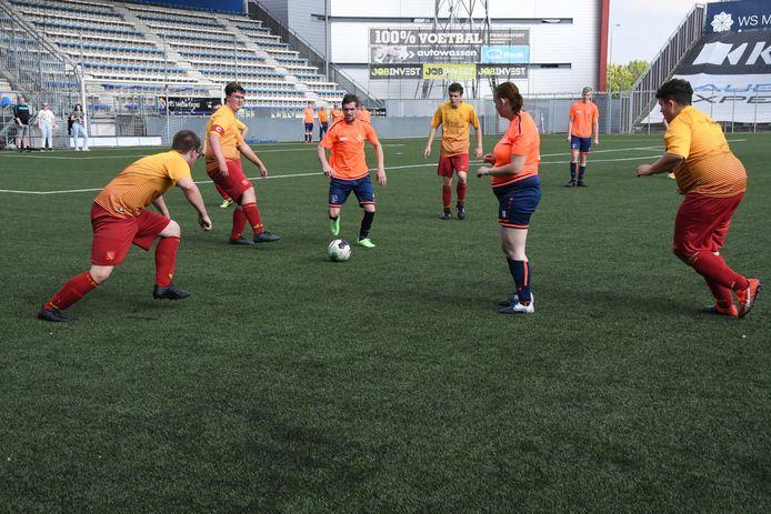 Alle duels van het FC Den Bosch Special Soccer Toernooi speelden zich af op een half veld en duurden vijftien minuten zonder pauze. In de openingswedstrijd won TGG (in oranje shirts), de latere winnaar, met 3-0 van DBS.