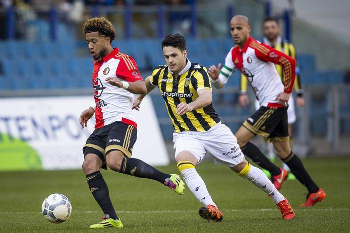 Valeri Qazaishvili (midden) duelleert in het shirt van Vitesse met Tonny Vilhena van Feyenoord.