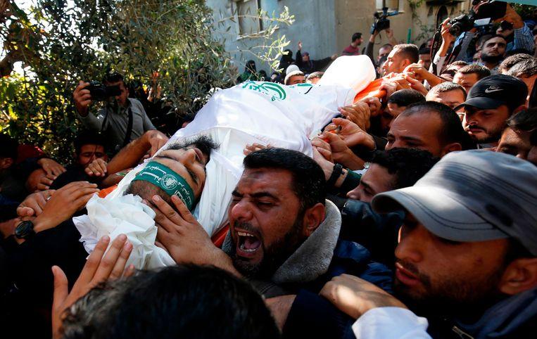 Het lichaam van een tijdens de geheime missie omgekomen Hamas-strijder.  Beeld AFP