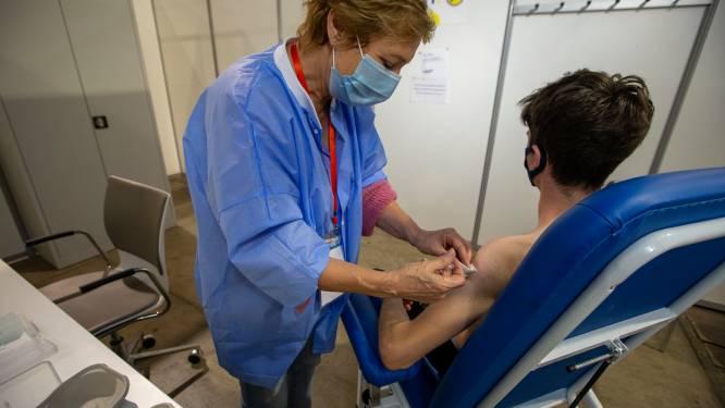"""""""Covid Safe Ticket moet motivatie vormen"""": vaccinatie- en coronacijfers blokkeren versoepelingen in Brusselse scholen"""