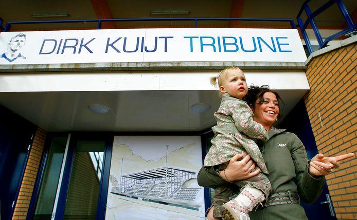 De hoofdtribune op Sportpark Nieuw Zuid draagt al jaren de naam Dirk Kuyt Tribune.