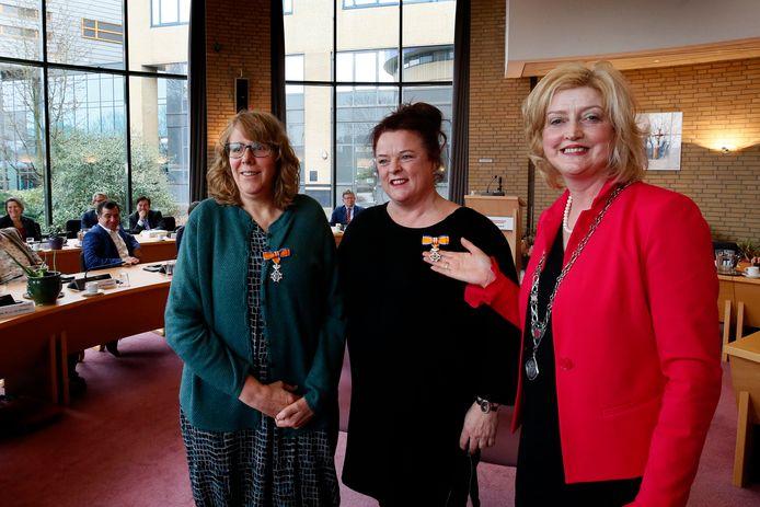 Burgemeester Reinie Melissant spelde de lintjes bij het afscheid op.