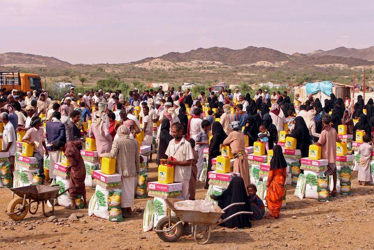 Jemenieten schuiven aan voor voedselhulp in de Hajjah-provincie. Beeld AFP