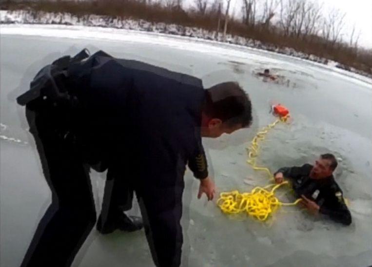 Twee agenten zakten door het ijs in een poging een tiener uit het water te redden.