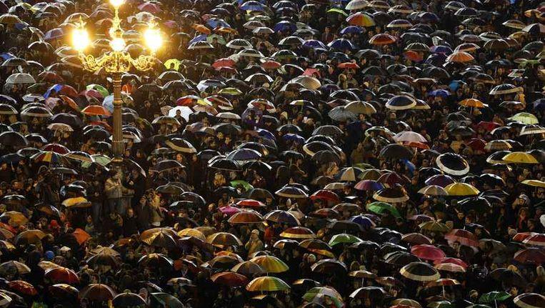 Katholieken zijn bijeengekomen op het Sint-Pietersplein om een glimp op te vangen van de nieuwe paus. Beeld reuters