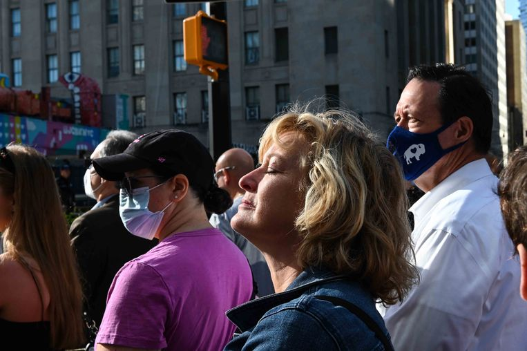 Een vrouw sluit haar ogen bij de nationale herdenkingsbijeenkomst van 9/11 in New York. Beeld AFP