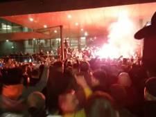 Vele honderden fans trakteren spelers GA Eagles op promotiefeestje: vuurwerk, zingen en springen