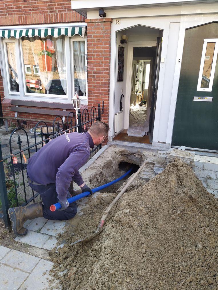 Een nieuwe drinkwaterleiding onder de vloer.  Beeld Ymere