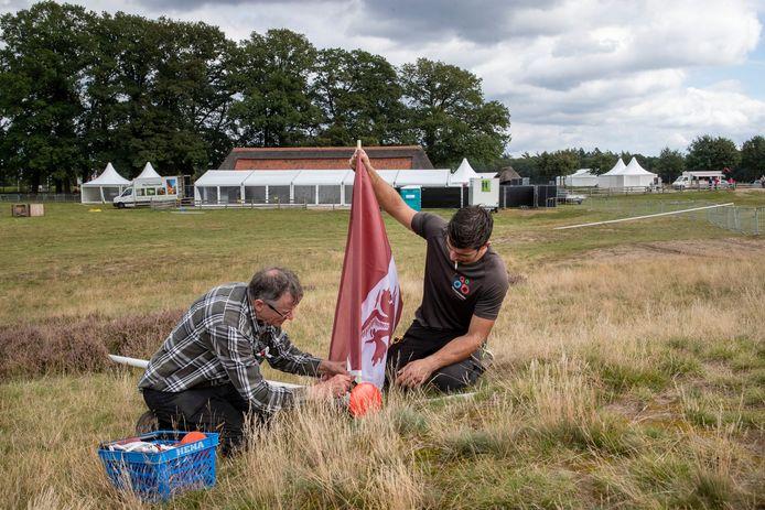 Op de Ginkelse Heide worden donderdag de laatste voorbereidingen getroffen voor de jaarlijkse luchtlandingen.