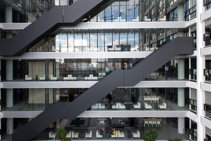 Twee ambtenaren raakten vorig jaar gewond toen zij van de trap vielen in het ministerie aan de Rijnstraat in Den Haag.