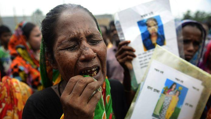 Een nabestaande van een van de slachtoffers van de ramp met textielfabriek Rana Plaza in Bangladesh, 100 dagen nadat op 24 april 2013 ruim 1100 werknemers om het leven kwamen.