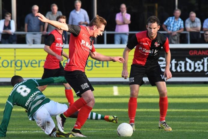 Coen Maertzdorf aan de bal namens De Treffers tegen Jong Sparta. Rechts Daniël van Straaten.