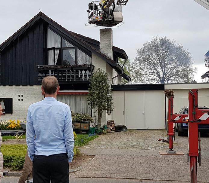 De Hengelose burgemeester Sander Schelberg keek toe hoe de brandweer de schoorsteenbrand bluste.