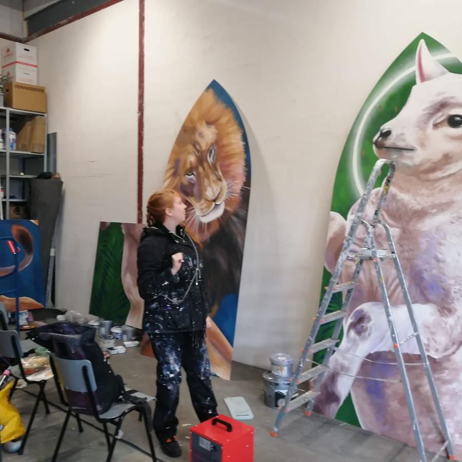Nina Valkhoff deze week aan het werk in het atelier van Blind Walls Gallery