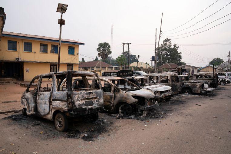 Uitgebrande auto's voor het aangevallen politiehoofdkwartier in Owerri in Nigeria.  Beeld AP