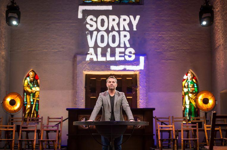 Persbeeld van het tweede seizoen van 'Sorry voor alles', met Adriaan Van den Hoof. Beeld RV/VRT/Joost Joossen