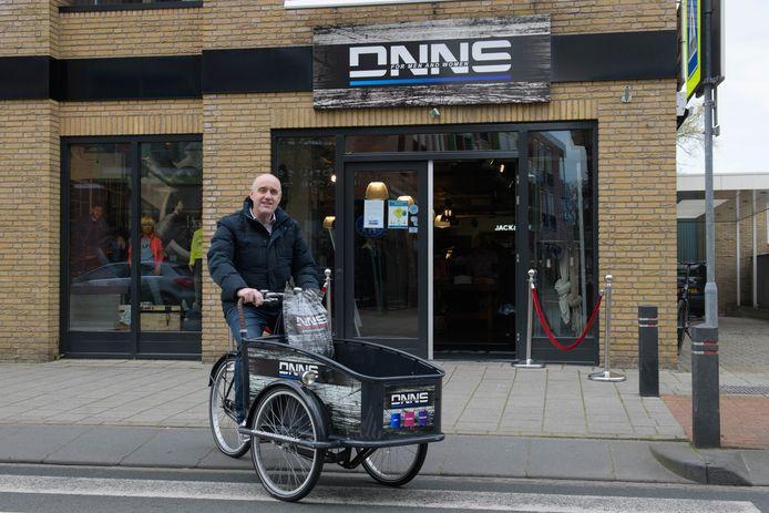 Door het coronavirus kunnen en durven veel mensen niet naar een kledingwinkel. Daarom brengt Dennis Jongeneel de kleding thuis.