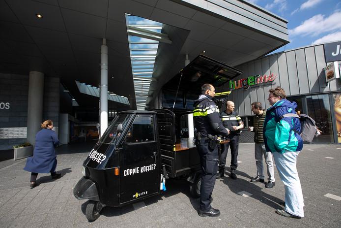 In winkelcentrum WoensXL werd donderdag proefgedraaid met de politie-tuktuk 'Coppie Koffie'.