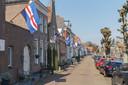 Vlaggen uit langs de Prinsengracht. In Hasselt wordt massaal de vlag uitgehangen om het moreel hoog in het vaandel te houden in de strijd tegen corona.