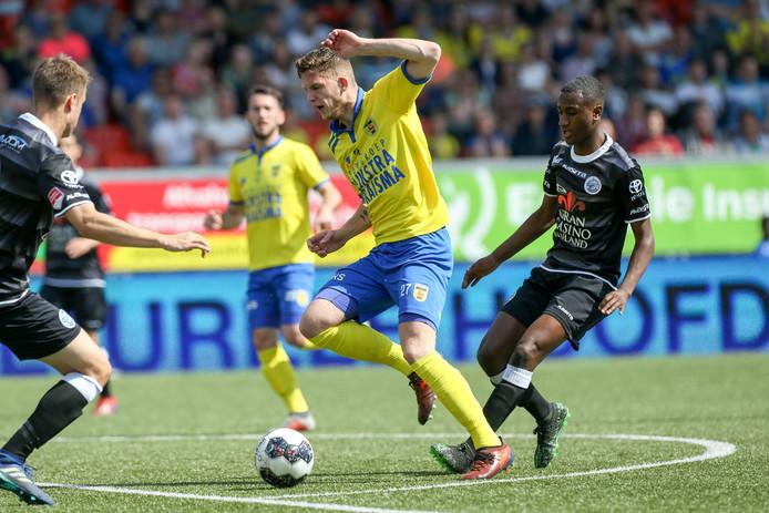 Kevin Felida van FC Den Bosch komt te laat.
