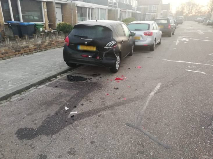 Zes auto's beschadigd bij botsing in woonwijk in Den Bosch, bestuurder rijdt door