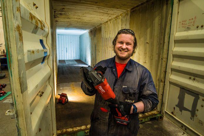 Gep Henneberke gaat in Almelo een tiny house bouwen van een zeecontainer. Elke stap wordt besproken in vlogs en een podcast.