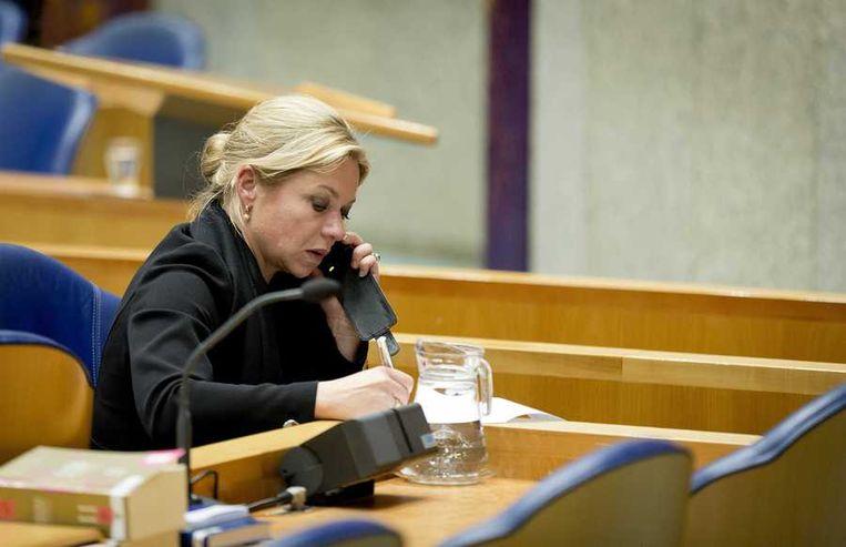 Minister Hennis telefoneert in de Kamer. Beeld anp