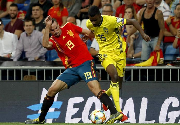 Alexander Isak (r) duelleert voor Zweden met de Spanjaard Fabian Ruiz.