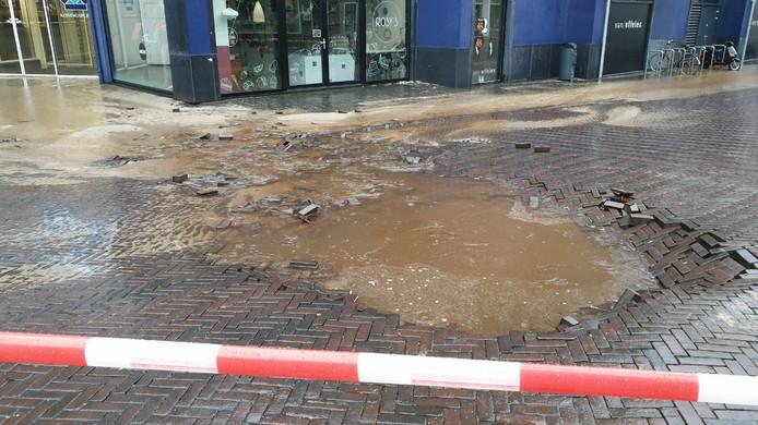 Voor de ingang van de Zuidmolen in Enschede is zondagochtend een groot waterlek ontstaan.