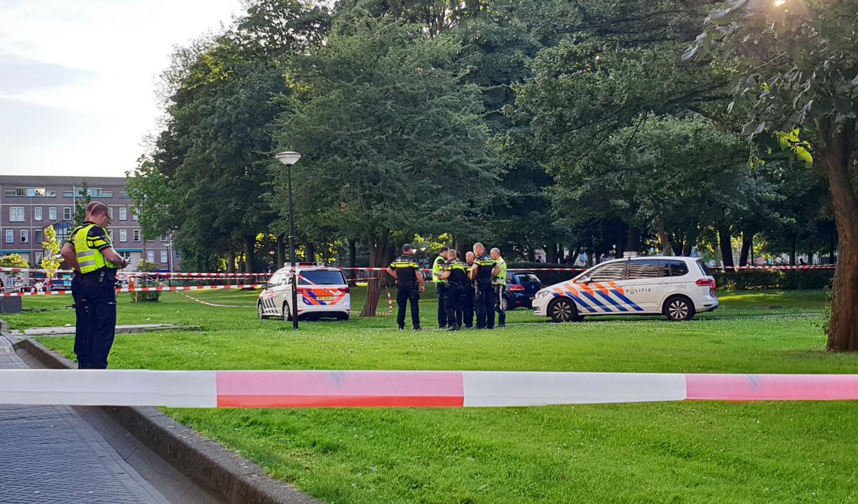 De politie bij de flat Hogevecht in Zuidoost.