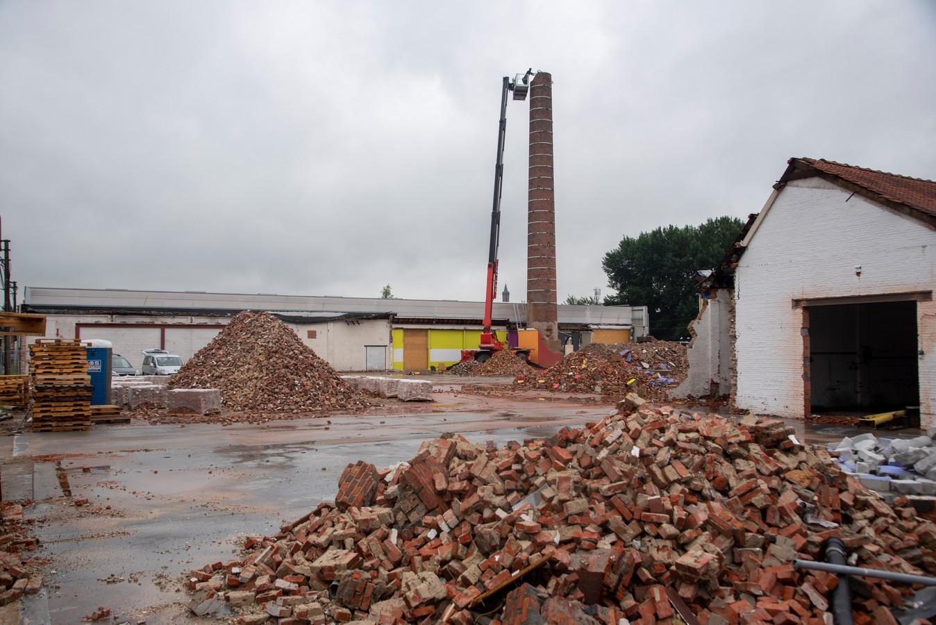 De oude fabrieksschouw aan Gamma wordt ontmanteld.
