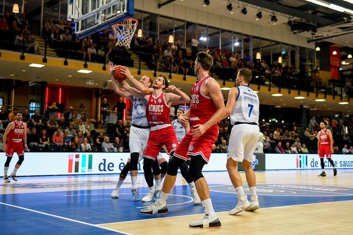 Thomas van der Mars vecht onder de basket een duel uit met voormalig Heroes-speler Ralf de Pagter.