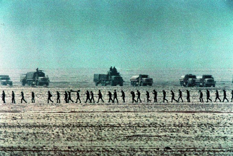 Krijgsgevangen gemaakte Iraakse militairen worden afgevoerd tijdens de Golfoorlog van 1991. Beeld AP