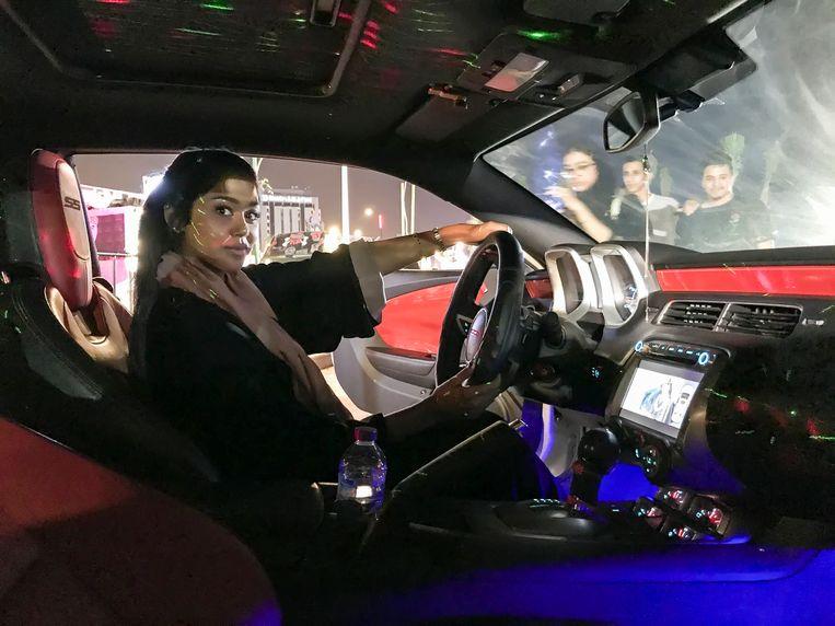 Een Saudische vrouw achter het stuur. Auto's zijn ontworpen voor mannen. Daardoor hebben (kleinere) vrouwen 47 procent meer kans op zwaar letsel en zelfs 17 procent meer kans op overlijden. Beeld Photo News