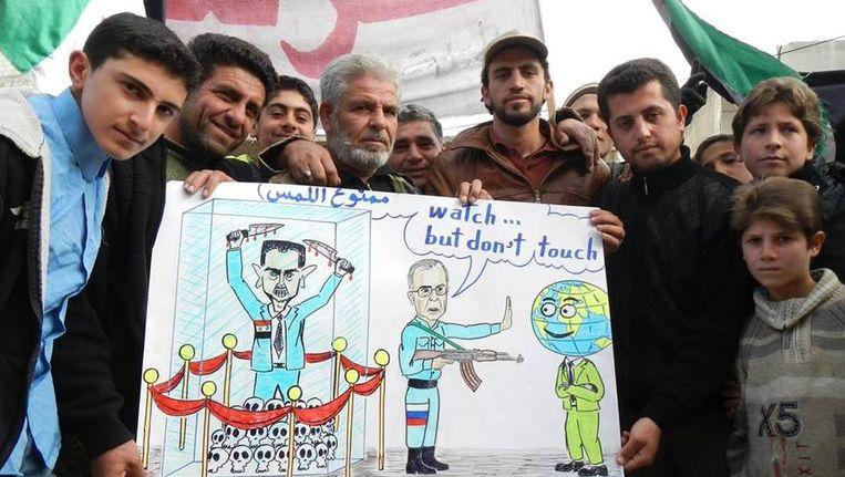 Eén van de provocerende posters die de activisten uit Kafranbel de wereld insturen. Beeld TR Beeld